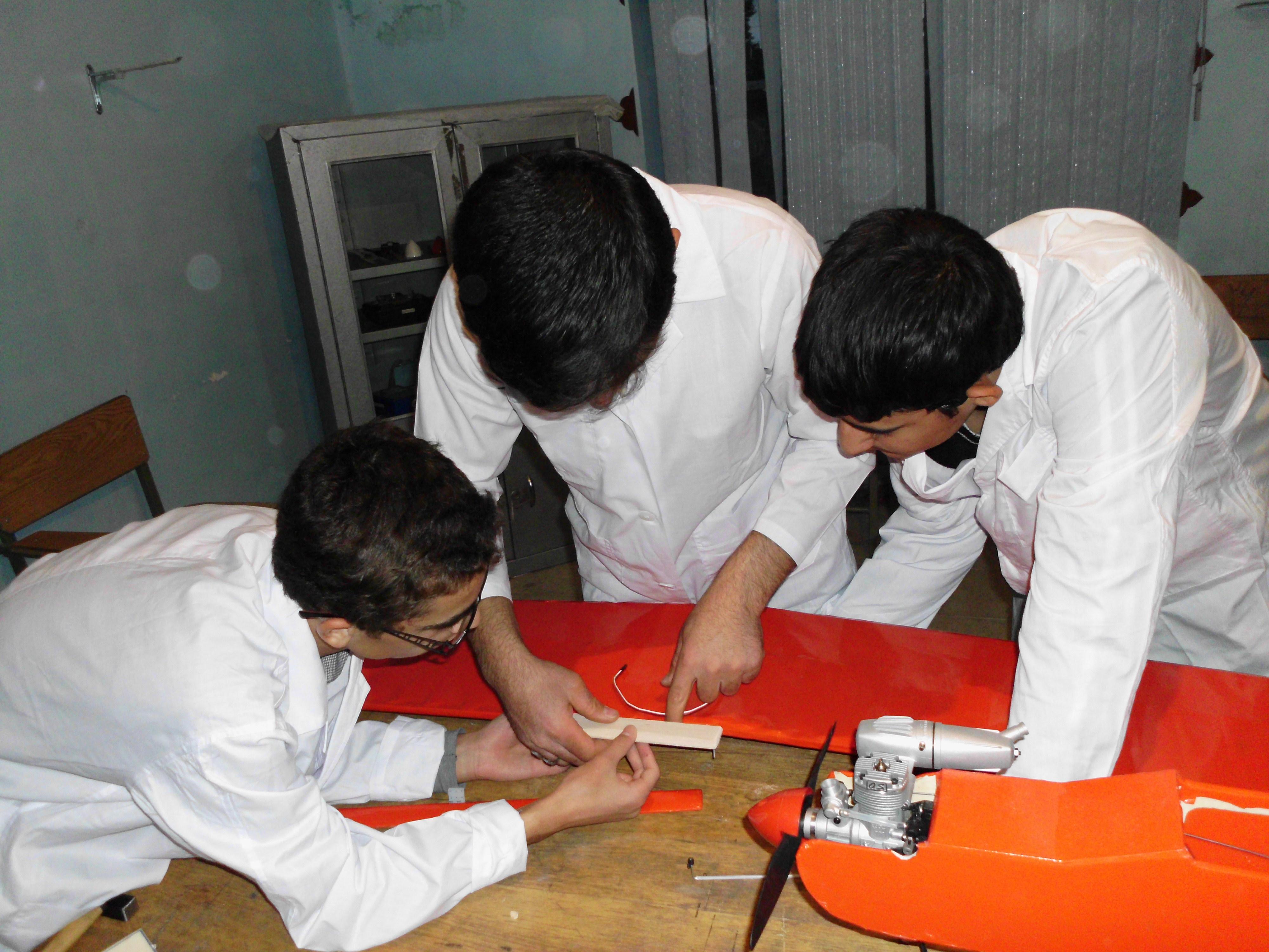 ساخت هواپیمای سوختی کنترل از راه دور توسط دانش آموزان