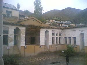منزل نیما در دهکده یوش مازندران اردیبهشت ۱۳۸۶، آرامگاه او و سیروس طاهباز در وسط حیاط قرار دارد