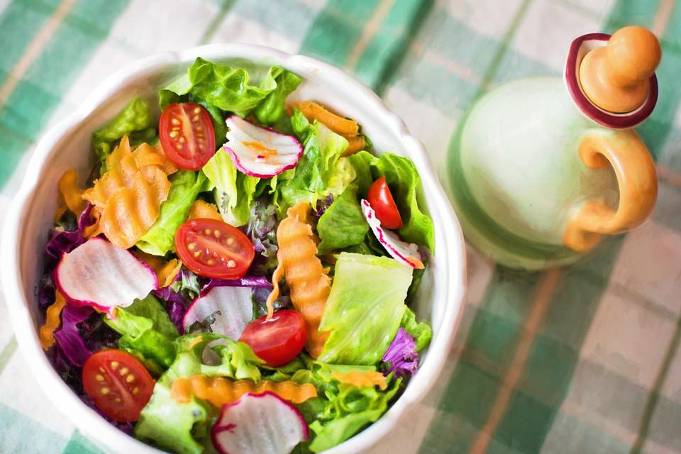 Best-and-Worst-Salads-for-Your-Health-01