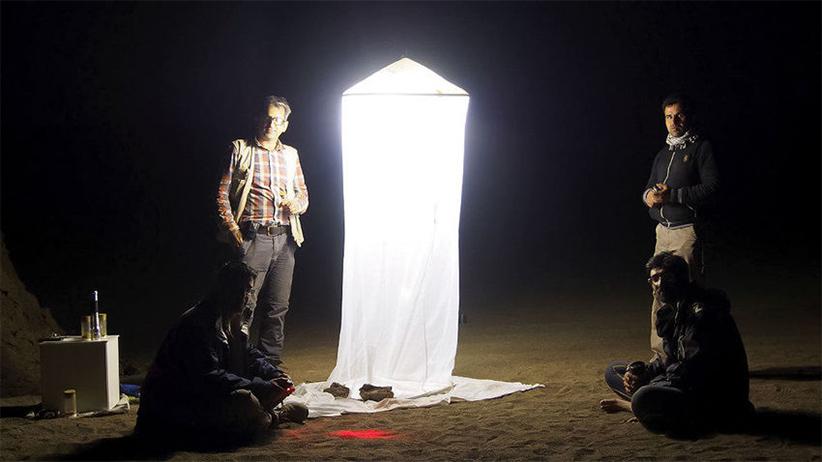 هرچند که لوت جای ایدهآلی برای زندگی نیست ولی وقتی حسین رجایی شب هنگام یک تلهی نوری برپا میکند از تعداد زیاد بیدهایی که به دام میافتند تعجب میکند. عکس از امیر آقاکوچک