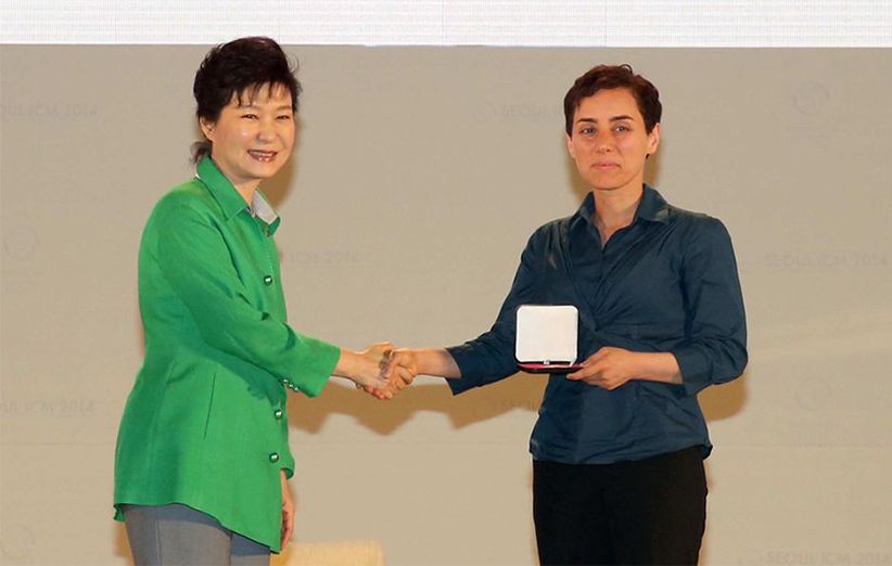 مریم میرزاخانی در حال دریافت جایزهی فیلدز از دست رئیس جمهور کرهی جنوبی