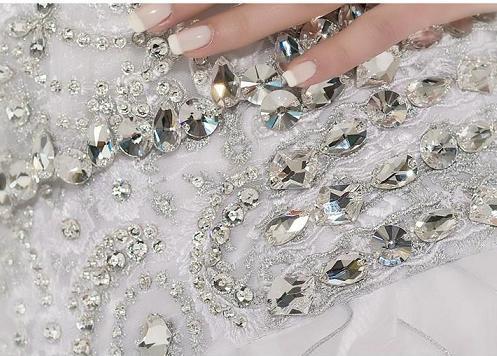 مروارید کار شده روی آستین مانتو سنگ دوزری روی لباس عروس